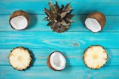 Reeks van verse ananas en kokosnoot op blauwe houten achtergrond Hoogste mening royalty-vrije stock afbeeldingen