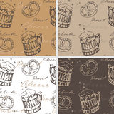 Reeks van vier naadloze texturen met biermokken en pretzels Stock Afbeeldingen
