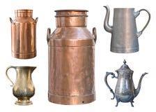 Reeks van vijf uitstekende containers De blikken van de messingsmelk, aluminium en metaalketels en een koperkruik royalty-vrije stock foto