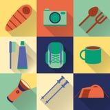 Reeks van vlakke kleurrijke wandeling, trekking en het kamperen pictogrammen vector illustratie