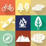 Reeks van vlakke monochromatische wandeling, trekking en het kamperen pictogrammen stock illustratie