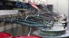 Reeks vaten die verf pompen in de machines stock videobeelden