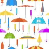 Reeks vector leuke veelkleurige paraplu's in vlakke ontwerpstijl Naadloos patroon Gesloten en open manierpictogrammen Dekkingstoe royalty-vrije illustratie