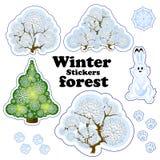 Reeks vectoretiketten voor de de winter bosdie Snow-covered bomen, de struiken en de boom van openwork sneeuwvlokken, konijn en d Stock Afbeeldingen