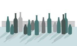 Reeks vectorsilhouetten van flessen op bureau met schaduwen, isola vector illustratie