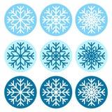 Reeks vectorsneeuwvlokkenpictogrammen op de blauwe achtergrond van differe royalty-vrije illustratie