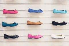 Reeks veelkleurige textiel vlakke schoenen Stock Foto