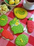 Reeks verglaasde koekjes met de hand geschilderd als traditionele eieren van Pasen en Stock Afbeelding