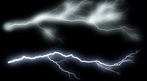 Reeks verlichting Illustratie van realistische verlichtingsblikseminslag op zwarte achtergrond Het Onweer van de de zomerdonder vector illustratie
