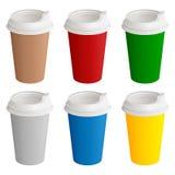 Reeks verschillende gekleurde beschikbare kartonglazen met plastic dekking voor koffie of thee Royalty-vrije Stock Fotografie