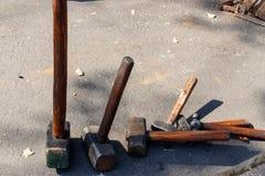 Reeks verschillende hamers op een grond stock foto's