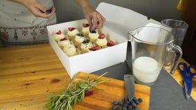 Reeks verschillende heerlijke cupcakes in een document vakje stock videobeelden