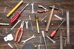 Reeks verschillende het werkhulpmiddelen: schroevedraaier, buigtang, hamer, buigtang Stock Foto's