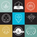 Reeks verschillende logotypemalplaatjes voor tribune op peddelyoga Stock Foto