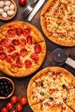 Reeks verschillende pizza's - pepperonis, vegetariër, kip met groenten stock afbeeldingen