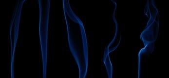 Reeks vlotte golven van blauwe rook op zwarte. Stock Foto