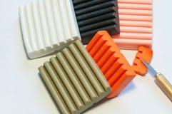 Reeks voor afgietsel van gekleurde polymeerklei Kleibars, snijders royalty-vrije stock foto's