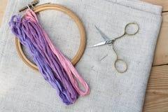 Reeks voor borduurwerk, borduurwerkhoepel en borduurwerkdraad Stock Foto's