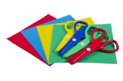 Reeks voor de creativiteit van kinderen met gekleurd document en plastic schaar Stock Fotografie