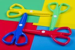 Reeks voor de creativiteit van kinderen met gekleurd document en plastic schaar Royalty-vrije Stock Afbeeldingen