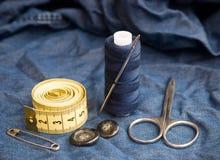 Reeks voor hand die en kleren naaien herstellen stock foto