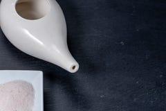 Reeks voor het neus schoonmaken met netipot, ayurvedic geneeskundesysteem op een zwarte lei, hoogste mening royalty-vrije stock fotografie