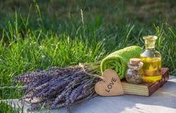 Reeks voor kuuroordbehandelingen Essentiële olie en lavendel Stock Fotografie