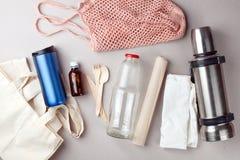 Reeks voor vrij en plastiek die - katoenen zakken en glasgeep, document, steelnessfles winkelen verpakken Nul afval modern in con stock foto's