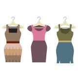 Reeks Vrouwenkleren met Hangers Stock Fotografie