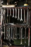 Reeks Vuile Moersleutelsmoersleutels op Houten Plank met Verschillend T stock foto