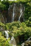Reeks watervallen en meren in een verticaal schot om aan het idee van de omvang van de afgrond te krijgen stock afbeeldingen