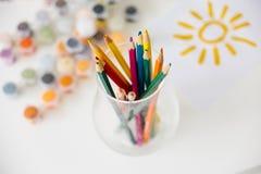 Reeks waterverfverven en penselen op een lijst Stock Foto's