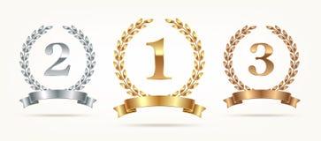 Reeks weelderige emblemen - goud, zilver, brons Eerste plaats, tweede plaats en derde plaatstekens met lauwerkrans en lint stock illustratie