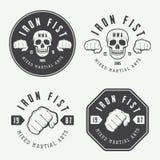 Reeks wijnoogst gemengd vechtsportenembleem, kentekens en emblemen vector illustratie