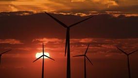 Reeks windgenerators tegen dageraad vector illustratie