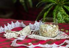Reeks witte knopen in een glas Stock Fotografie