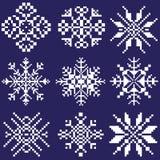 Reeks witte sneeuwvlokken van verschillende vormen op een blauwe die achtergrond door vierkanten, pixel wordt getrokken Een eleme stock illustratie