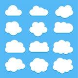 Reeks witte wolkenpictogrammen in vlakke die stijl op blauwe achtergrond wordt geïsoleerd stock afbeeldingen