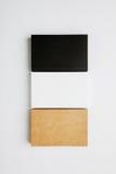 Reeks witte zwarte stapel lege adreskaartjes, ambacht op witte achtergrond verticaal Royalty-vrije Stock Fotografie