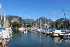 Reeks zeilboten, dok bij Meer Garda, Italië Stock Afbeelding