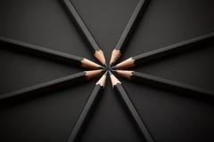 Reeks zwarte potloden op zwarte achtergrond Stock Foto