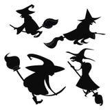 Reeks zwarte silhouetten van heksen die op een bezemsteel vliegen Een inzameling van silhouetten voor Halloween mystical royalty-vrije illustratie