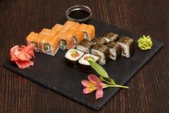 Reeksen sushibroodjes op zwarte leiplaat Stock Foto