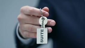 Reekswoord op keychain in rijke mannelijke hand, bedrijfsvooruitzichten, officiële kledingscode stock video