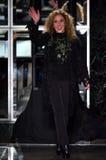 Reem Acra grüßt das Publikum nach Vorführer ihr Reem Acra Bridal Collection an Tiffany und an Co Lizenzfreies Stockbild