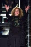 Reem Acra grüßt das Publikum nach Vorführer ihr Reem Acra Bridal Collection an Tiffany und an Co Stockbilder