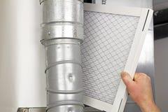 Reemplazo casero del filtro de aire imágenes de archivo libres de regalías