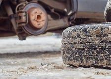 Reemplazo de las ruedas de un coche fotos de archivo libres de regalías