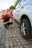 Reemplazo de los neumáticos en el coche Foto de archivo libre de regalías