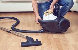 Reemplazo de una bolsa anti polvo en aspirador Imagen de archivo libre de regalías